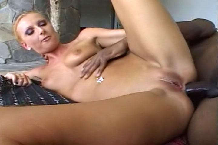 Cette scène s'ouvre avec une blonde aux longues jambes se masturber et de nous donner un petit spectacle dans sa culotte en dentelle avant pousser le fond de la gorge avec un gros coq noir.